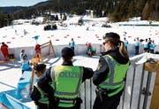 Polizeipräsenz an der Ski-nordisch-WM: auch im Zielraum des 15-km-Laufs der Männer. (Bild: Matthias Schrader/Keystone (Seefeld, 27. Februar 2019))