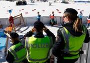 An der Strecke sind viele Polizisten zugegen. (Bild: Matthias Schrader/AP)