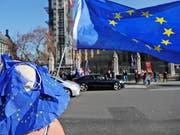 Grosses Thema in der Politik, die Bürger befürchten einer Umfrage zufolge aber kaum Auswirkungen für sich: der geplante Austritt von Grossbritannien aus der Europäischen Union. (Bild: KEYSTONE/AP/FRANK AUGSTEIN)