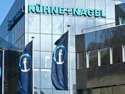 Nach einem guten Geschäftsjahr 2018 beteiligt der Logistikdienstleister Kühne+Nagel die Aktionäre mit einer höheren Dividende von 6 Franken je Aktie am Gewinn. (Bild: KEYSTONE/MARTIN RUETSCHI)