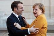 Gute Mine trotz angespannter Beziehung: Emmanuel Macron und Angela Merkel gestern in der französischen Hauptstadt. (Bild: Yoan Valat/EPA)