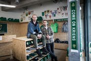 Im SCK-Fan-Shop: Liridon Berisha (sitzend) und Albin Sadrijaj. (Bild: Manuela Jans-Koch, Kriens, 21. Februar 2019)