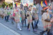 Ein Gruppe Indianer zieht mit Pfeil und Bogen durchs Dorf. (Bild: PD, Bürglen, 27. Februar 2019)