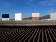 Die Testphase für die Prototypen für die umstrittene Mauer zu Mexiko ist zu Ende. Die insgesamt acht Modelle werden nun abgerissen. (Bild: KEYSTONE/AP/MOISES CASTILLO)