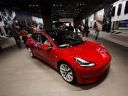 Keine Läden und Ausstellungsräume mehr: Tesla will seine Elektroautos künftig nur noch über das Internet verkaufen. (Bild: KEYSTONE/AP/DAVID ZALUBOWSKI)