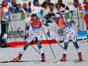 Mit Vorsprung in die letzte Ablösung und im Zielsprint souverän: Schwedens Charlotte Kalle (re.) schickt Teamkollegin Stina Nilsson auf die letzte Runde (Bild: KEYSTONE/AP/MATTHIAS SCHRADER)