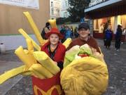 Hamburger und Pommes Frites: Diesen zwei jungen Fasnächtlern schmeckt's in Luzern. (Bild: Kilian Küttel)