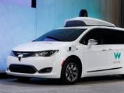 Mit einer Kooperation bei der Entwicklung selbstfahrender Autos wollen Daimler und BMW gemeinsam der neuen Konkurrenz die Stirne bieten. Führend ist auf diesem Gebiet heute die Google-Tochter Waymo. (Bild: KEYSTONE/AP/PAUL SANCYA)
