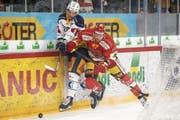 Wird bei der 1:5-Niederlage in Biel von Marco Maurer abgedrängt: Zugs Yannick-Lennart Albrecht (links). (Bild: Anthony Anex/Key (26. Februar 2019))