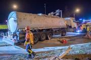 Der Unfall ist glimpflich ausgegangen: Der umgekippte Sattelschlepper hatte 21'000 Liter Biodiesel geladen. Davon gelangte nur wenig in die Umwelt. (Bild. Urs Bucher)