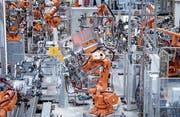 Roboter von ABB fertigen in einer Werkshalle Lastwagentüren. (Bild: Sven Hoppe/Keystone (München, 16. Mai 2018))