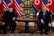 Kim Jong Un und Trump konnten sich bei der Frage der Aufhebung der Wirtschaftssanktionen nicht einig werden (Bild: AP Photo/ Evan Vucci)