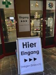 Die Kunden der Drogerie Aemisegger müssen den Personaleingang benutzen, weil der Täter die Tür eingeschlagen hat. (Bild: Sabrina Bächi)