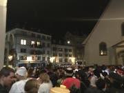 Luzern im Ausnahmezustand: Tausende Fasnächtler fiebern auf dem Kapellplatz der Fasnacht entgegen. (Bild: Kilian Küttel)