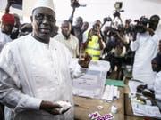 Der wiedergewählte senegalesische Präsident Macky Sall am letzten Sonntag bei der Stimmabgabe in einem Stimmlokal in der Stadt Fatick. (Bild: Keystone/AP)