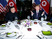 Nordkoreas Machthaber Kim Jong Un und US-Präsident Donald Trump beim gemeinsamen Abendessen in der vietnamesischen Hauptstadt Hanoi. (Bild: KEYSTONE/AP/EVAN VUCCI)