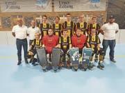 Die U20-Junioren des RHC Uri mit ihren Betreuern Max Aschwanden, Hanz Schuler und Roman Gisler können sich morgen mit einem Sieg gegen Genf vorzeitig den Schweizer-Meister-Titel sichern. (Bild: PD)