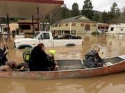 Einwohner im überschwemmten Städtchen Guerneville in Kalifornien. (Bild: KEYSTONE/AP The Press Democrat/KENT PORTER)