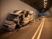 Aus diesem schwer beschädigten Wohnmobil ist eine 68-jährige Zürcherin leicht verletzt geborgen worden. Ihr Beifahrer blieb gar unverletzt. (Bild: Kantonspolizei Graubünden)