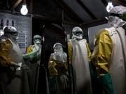 Mitarbeiter im Ebola-Behandlungszentrum in Butembo im Kongo. (Bild: KEYSTONE/AP Medecins Sans Frontieres/JOHN WESSELS)