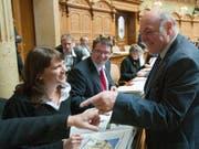 Da war die Stimmung noch gut: die mittlerweile zurückgetretene SP-Nationalrätin Chantal Galladé mit Nationalrat und SP-Parteipräsident Christian Levrat (Mitte) im Parlament. (Bild: KEYSTONE/PETER SCHNEIDER)