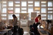 In der Neuen Stadtschule St.Gallen lernen Jugendliche in der Lernlandschaft im ehemaligen Kirchenschiff. (Bild: Benjamin Manser)