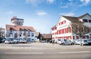 Das Roggwiler Dorfzentrum: das Gasthaus Ochsen (rechts), der Parkplatz (links) und im Hintergrund der Kybun Tower. (Bild: Andrea Stalder)
