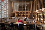 Inputs von Lernbegleitern gibt es in den Think Tanks, die an der Decke in den Raum ragen. (Bild: Benjamin Manser)