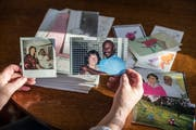 Angela Heeb bewahrt die Bilder und Schreiben ihrer Brieffreunde sorgsam auf. (Bild: Hanspeter Schiess)