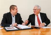 Thomas Müller und Guido Etterlin (links) haben gut lachen, sie können einen guten Jahresabschluss bekannt geben. (Bild: Rudolf Hirtl)