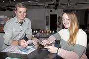 Zwei- bis dreimal im Monat möchten die Jugendarbeiter Mathieu Bühler und Daniela Benz Jugendlichen im öffentlichen Raum begegnen. (Bild: mia)