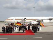 Einer von 14 deutschen Staatsfliegern: Airbus A340 «Konrad Adenauer». (Bild: KEYSTONE/AP dapd/Sebastian Willnow)