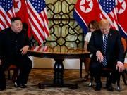 Das Treffen von US-Präsident Donald Trump mit dem nordkoreanischen Herrscher Kim Jong Un ist am Freitag in Hanoi offenbar ohne eine Einigung zu Ende gegangen. (AP Photo/ Evan Vucci) (Bild: KEYSTONE/AP/EVAN VUCCI)