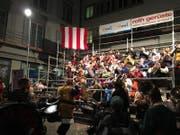 Soundtrack der Fasnacht: Überall gibt's Guuggenmusig. Auf der Guuggerbühne beim Mühlenplatz spielen die Hügü Schränzer auf. (Bild: Kilian Küttel)