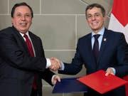 Aussenminister Ignazio Cassis und sein tunesischer Amtskollege Khemaies Jhinaoui nach der Unterzeichnung einer Absichtserklärung bezüglich der internationalen Entwicklungszusammenarbeit. (Bild: KEYSTONE/ANTHONY ANEX)