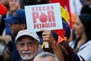 Ein Venezolaner protestiert gegen das Erdölembargo. (Bild: Ariana Cubillos/AP (Caracas, 31. Januar 2019))