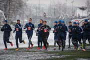 Der FCL trainiert unter Cheftrainer René Weiler (in der Mitte mit Nr. 61, rechts daneben auf gleicher Höhe Blessing Eleke) auf dem Allmend-Kunstrasen. (Bild: Dominik Wunderli (Luzern, 4. Februar 2019))