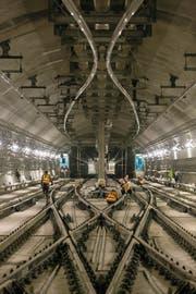 Alstom-Techniker arbeiten an der Signalisation in einer Station der Hongkonger Metro. (Bild: Arnaud Février/PD)