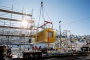 Das erste von insgesamt 48 Modulen für den Lattich-Bau wird platziert. Dieser soll bis Donnerstagmittag fertig aufgestellt sein. (Bild: Mareycke Frehner/4. Februar 2019)
