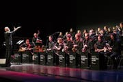 Dirigent Martin Fondse und die Big Band der Hochschule Luzern beim Konzert im Luzernersaal des KKL. Bild: Philipp Schmidli (Luzern, 3. Februar 2019)
