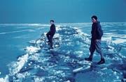 Unterwegs auf dem Eis an der Seegfrörni 1969: Das Rosgartenmuseum Konstanz zeigt «Der gefährliche See». (Bild: Archiv Gemeinde Langenargen)