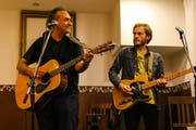 Ajay Mathur (links) tritt mit Gitarrist Christian Winiker auf. (Bild: PD)