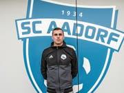 Schiedsrichter Nico Gianforte posiert vor dem Clubhaus des SC Aadorf. (Bild: Kurt Lichtensteiger)