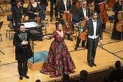 Sie lassen sich feiern: Anna Netrebko, Yusif Eyvazov (links) und Dirigent Michelangelo Mazza. Bild: Dominik Wunderli (Luzern, 4. Februar 2019)