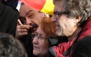 Philippe Martinez (mit Schnauz), Chef der wichtigsten Gewerkschaft CGT, mischte sich am Dienstag unter die Streikenden. (Bild: Michel Euler/AP, Paris 5. Februar 2019)
