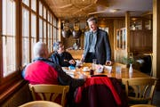 Hotelier Roland Stump begrüsst die Gäste in der Wirtsstube von Stump's Alpenrose persönlich. Er ist überzeugter Gastgeber. (Bild: Mareycke Frehner)