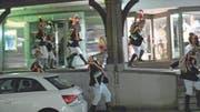 Fasnacht und Brauchtum ganz gross: Die Röllelibutzen fegen durch die Altstätter Marktgasse (Szenenbild). (Bild: pd)