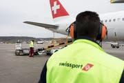 Die Flughafen-Servicegesellschaft, Swissport, bleibt vorderhand in chinesischen Händen. (Bild: Gaetan Bally/Keystone)