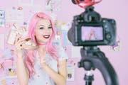 Ganz viel rosa und Mode: Eine Influencerin dreht ein Youtube-Video. (Getty)