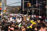 Mit Minischritten zur Waffenreform: Befürworter strengerer Waffengesetze ziehen beim «March for our Lives» in New York durch die Strassen. (Jeenah Moon/Bloomberg, 24. März 2018)